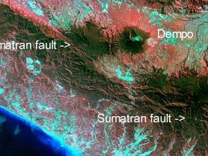 To the left, the Location of G.Dempo near the Sumatran Fault - Doc. Oregonstate univ. - Right, partial view of the top of G.Dempo - photo indovolcano
