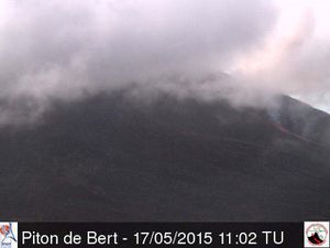 Piton de la Fournaise / 17.05.2015 - On the left, the eruption seen by the webcam Piton Bert at 11:02 am TU&#x3B; right by the webcam Piton Partage at  3:22 p.m. TU - a clic to enlarge