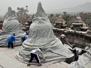 A gauche, porte des lions de Borobodur - à droite, protection des stupas sommitaux de Borobodur contre les chutes de cendres du Kélud, le 14.02.2014 - photo EPA - un clic pour agrandir.