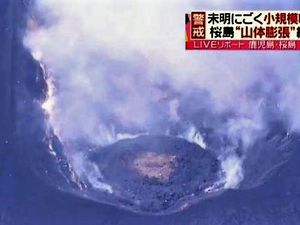"Sakurajima - left, the dome in ""pancake"" shape -  right, the offshore gas bubbles - click to enlarge - photo New plus18.08.2015"