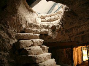 Das Römerbergwerk Meurin - escalier de descente dans les galeries , à gauche - à droite, schéma d'extraction des blocs à l'époque romaine  - un clic pour agrandir - Photo © Bernard Duyck 08.2015