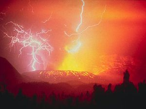 On the left the lava dome Gunnung Jadi - Galunggung - ph. Thilly Weissenborn Tropenmuseum - right, lightning in the ash cloud in 1982 / Photo R.Hadian - USGS - a click to enlarge