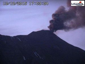 Etna - ash emitted by the NSEC to 4:55 p.m. & 5:03 p.m. - Webcam LAVE -  a click to enlarge.