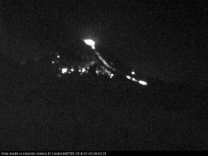 Momotombo - explosion of Jan. 03, respectively, 4:22, 4:25, 4:27 and 4:43 a.m. local - webcam seismic station El Cardon / INETER - a click to open each photo