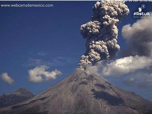 Colima - 01/19/2016 plume versus the cone on 02/19/2016 - Photo webcamsdeMexico