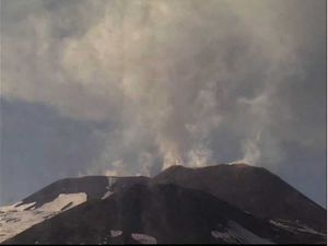 Etna NEC - respectivement à 15h45  et 16h51 (cam therm) le 03.04.2016 - doc. INGV Catania