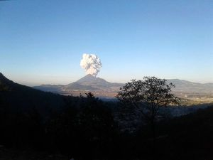 Santiaguito - 04/11/2016 - progression of the explosive plume - Photo respectively Leonel Alvarado Bacho Boni & Edgar Giovanni Ajanel / Clima Guatemala