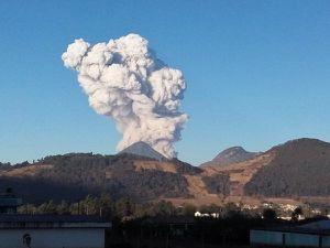 Santiaguito - 04.11.2016 - progression du panache explosif - photos respectivement de Leonel Boni Bacho Alvarado & Edgar Giovanni Ajanel / Clima Guatemala