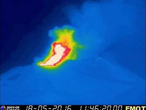 Etna - lava fountains recorded by thermal cameras on 18/05/2016 at 11:46 and 11:47 loc / 1:46 p.m. and 1:47 p.m. GMT time  - a click to enlarge  - Doc. INGV Catania
