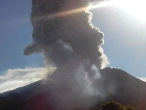 Turrialba - 07.25.2016 - Development of the plume from the explosion of 7:22, left on the webcam Ovsicori and right, in the photo of Volcan Turrialba Lodge - a click to enlarge