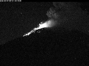 Popocatépetl - strombolian activity at the 01.08.2016  / 0:05 and  0:15 - WebcamsdeMexico - a click to enlarge