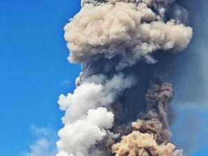 Sinabung - 04.02.2017 / 13h57 - la même éruption d'un autre pointde vue et sous un éclairage différent ... remarquez les différentes couleurs de panaches - photos Firdaus Surbakti via Beidar Sinabung - un clic pour agrandir