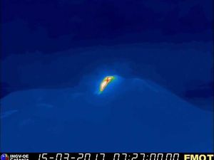 Etna - 15.03.2017 / 7h27 (Zone de haute température d'où va suinter la coulée) et 9h06 locale - webcam thermique Montagnola / INGV Catania
