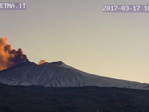 Etna - high emissions of ashes seen on 17.03.2017 at 18h / Guide Etna&#x3B; at 18h03 / webcam therm INGV&#x3B; at 18:49 GMT / Osservatorio Meteorologico Nunziata webcam 2 (from E) - one click to enlarge.