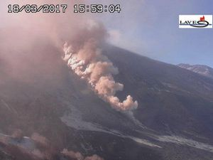 Etna - pyroclastic episode in the Valle del Bove, at 15h59 and 16h07 - webcams LAVE and RS7 - a click to enlarge