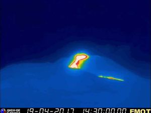 Etna - 19.04.2017 / 14h30 locale - webcam thermique INGV et tracé du trémor à 14h32 - un clic pour agrandir