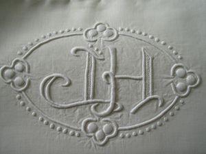 Monogrammes et broderie sur draps de lin - Une taie d'oreiller de lit d'enfant.