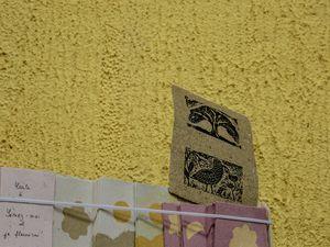 Il était aussi au festival feuilles d'automne de Colmars les Alpes &#x3B; on peut apercevoir  aussi le travail sur toile produit en aval avec les enfants du territoire et la préparation du  livret pour le festival du Livre ...