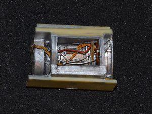 Les deux inserts AIRES surdétaillés, peints puis patinés, près à être insérés et scellés derrière leurs ouvertures respectives. Les deux parties basses ne sont pas collées pour pouvoir les montrer. La pièces AIRES plus petite rectangulaire allongée (troisième photo en bas à gauche) se loge en bas à l'avant gauche du fuselage, sous le cockpit. Elle fut peinte en fond blanc mat GUNZE, jus à l'huile noir et détails surpeints à l'huile ou GUNZE
