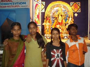 Photo 1. Ballade le soir avec les plus grands Photo 2. Anjali, Sunita, Manisha et Anamika - Photo 3. Une murti de la Déesse.