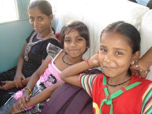 Dans le bus - Photo 1. Udjuwal, Shivanj et Ash - Photo 2. Priya, Chinki et Sueta.