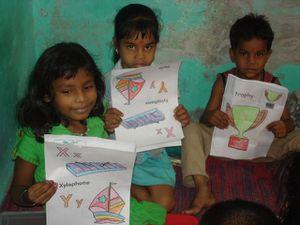 Photo 1 et 2. Coloriage en début d'aprèm - Photo 3. Coloriage : Sishti, Muskan et Aditya.