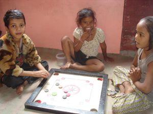 Photo 1. Shivanj et Udjuwal - Photo 2. Carrom board, Rahul, Punam et Anjali - Photo 3. Brijesh, Rupesh et Shalini.