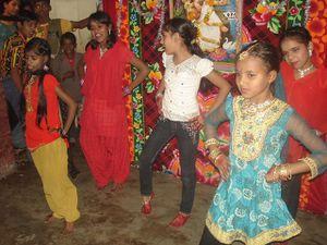 Spectacle Sarasvati Puja : Photo 1. Action Replay - Photo 2. Danse générale !