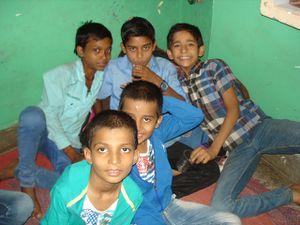Photo 1. Punam et Mansi - Photo 2. Les garçons.