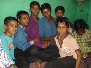 Photo 1. Jeux sur la terrasse - Photo 2. Les garçons - Photo 3. Vandana, Mala, Renu et Ratna.