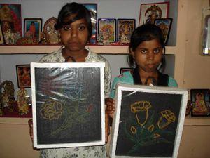 Travaux manuels : Photo 1. Gudiya, Vivek et Dipika - Photo 2. Sunita et Punam.