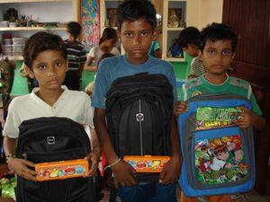 Distribution cartables et trousses - Photo 1. Muskan, Sueta et Archana - Photo 2. Sushant, Vikash et Shivanj.