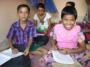 Soutien scolaire pour les plus petits - Photo 1. Janvi et Shalini - Photo 2. Chinki et Priya - Photo 3. Mohit et Punam.