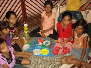 Photo 1. Anjali, Mansi notre nouvelle venue et Anush - Photo 2 et 3. Jeux après le soutien scolaire.