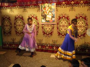 Photo 1. Kantchan et Shivani - Photo 2. Danse dédiée à Krishna - Photo 3. Yoga.