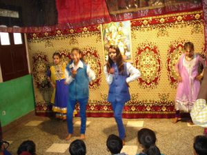 Photo 1. Danse katthak avec les plus petites – Photo 2. Danse Bollywood – Photo 3. Surya Namaskar.