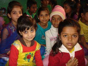 Sarasvati Puja : Photo1. Le Pandit noue le cordon au poignet des enfants - Photo 2 et 3. Dans la salle.