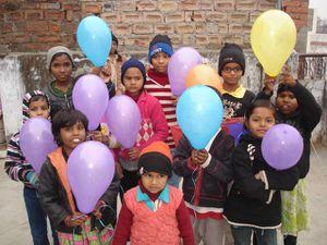 Makar Sankranti : Photo 1. Vashant – Photo 2. Les plus petits avec leurs ballons – Photo 3. Sushant et Vikash en train de manger des pati.