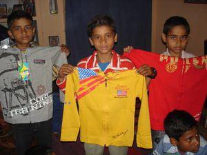 Distribution des vêtements avant le festival de la Holi.
