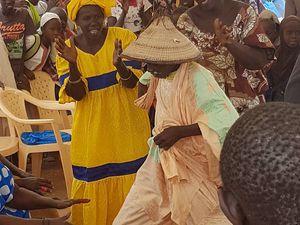 accueil inoubliable de la population au son des djembés sur des rythmes endiablés, tout le monde participe !!!!! suivi d'un repas traditionnel