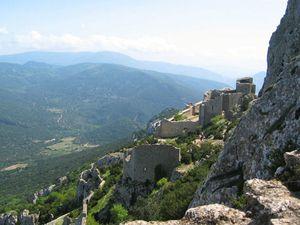 Au sud de l'Aude, entre la chaîne des Pyrénées et les rivages de la Méditerranée, le château de Peyrepertuse surplombe les vallées et les vignobles du Pays Cathare. Perché sur une crête de plus de 800 mètres d'altitude, il mesure plus de 300 mètres de long.