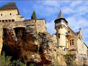 Au sud de Sarlat, entre Vitrac et Carsac, le château de Montfort veille du haut de son promontoire sur une boucle de la Dordogne. Le donjon et les tours à toit pointus du château ajoutent à la grandeur du site.