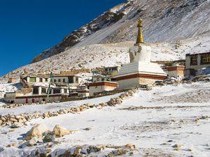 Qui pourrait deviner que ce monastère se situe à plus de 5 000 mètres d'altitude ? Tout près du glacier Rongbuk, il est le point de départ de l'ascension de l'Everest !