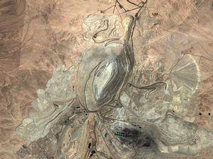 Sitée au Chili, dans le désert de l'Atacama, la mine de cuivre de Chuquicamata a commencé a être exploitée au début du XXe siècle. Elle contient à elle seule 13% des réserves mondiales en cuivre et atteint plus de 800 mètres de profondeur en certains points !