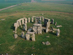 Stonehenge est l'un des sites les plus énigmatiques du monde. Il a été construit entre -2800 et -1100 avant Jésus-Christ. Certaines pierres qui le constituent viendraient des Pays de Galles. Un édifice gigantesque pour les moyens techniques de l'époque.