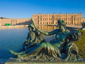 Le château de Versailles avec ses 6,32 hectares et ses 2 300 pièces est le plus grand palais du monde. Sa construction a débuté au XVIIe siècle avec Louis XIII, il hébergea par la suite 3 rois de France.