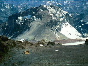 L'Acongua est le point culminant de la cordillère des Andes, on y trouve le refuge Independencia à 6 546 mètres d'altitude ce qui fait de cette construction la plus haute du monde !
