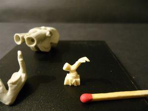 Les petits morceaux sont coupés collés dans la position que l'on souhaite, enfin la figurine est peinte et accessoirisée
