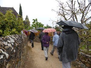 Puis la pluie se calme et nous partons pour une randonnée de 3h du rebord du causse aux falaises