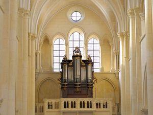 La nef, remaniée du XIIIe siècle au XVe siècle, s'appuie à un clocher roman du XIIe siècle, similaire à celle de l'Abbaye Saint-Germain d'Auxerre. Elle précède un chœur reconstruit au XVIe siècle, plus haut que la nef. Elle conserve les reliques d'une étoffe byzantine du IXe siècle appelée « suaire de Saint-Germain », ainsi que des peintures sur bois de l'école italienne du XVe siècle au XVIIIe siècle.